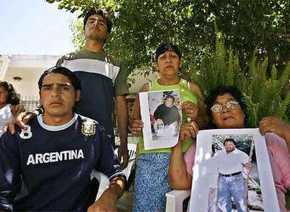 Los familiares del albañil Luis Ángel Gerez muestran sus fotografías ayer en la localidad bonaerense de Escobar.