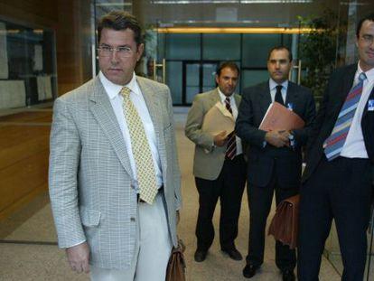 Leopoldo Arnáiz, a la izquierda, acude a la comisión de investigación del 'tamayazo'.