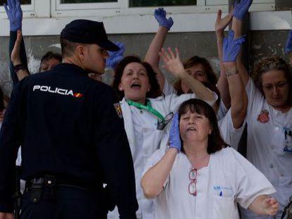 Enfermeras del Carlos III protestan, en la mañana de este viernes, por la descoodinación ante la crisis del ébola.