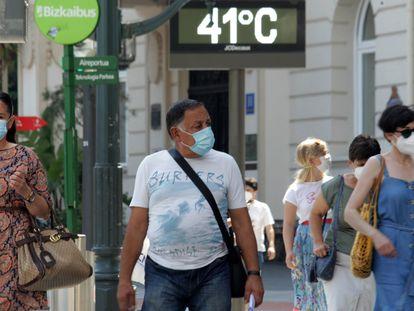 Un termómetro marca 41ºC, este jueves en la plaza Moyúa de Bilbao.