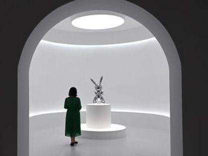 'Rabbit' convierte al escultor en el creador vivo más cotizado. El récord certifica la imparable expansión de un mercado multimillonario del que los museos están excluidos