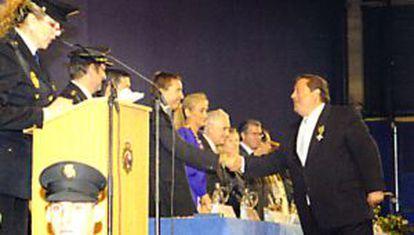 Otro de los cabecillas, Alfonso Tezanos, recibe la medalla al mérito policial en 2009 en presencia del fiscal Manuel Moix, Cristina Cifuentes, Carlos Dívar, Amparo Valcarce y Francisco Granados, entre otros cargos.