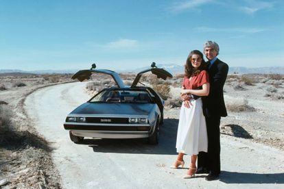 John DeLorean y su mujer, Cristina Ferrare, posan frente al famoso DMC, protagonista absoluto de 'Regreso al futuro'. |