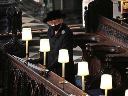 Isabel II durante el funeral de su esposo, Felipe de Edimburgo, el 17 de abril en la Capilla de San Jorge.