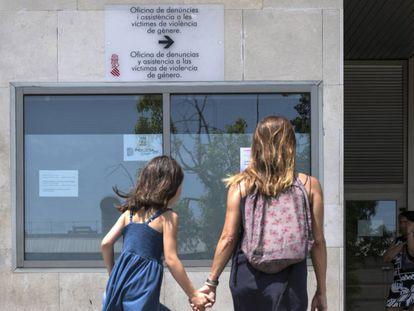 Una mujer y su hija ante la oficina de denuncias de violencia de género de la Generalitat valenciana, en la Ciudad de la Justicia de Valencia.