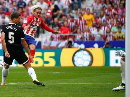 Griezmann bate a Rico para marcar el segundo gol del Atlético.