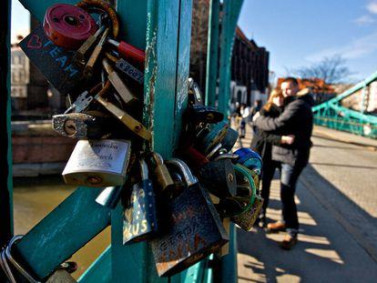 Una pareja se abraza en el puente de Tumski, conocido como el Puente de los Enamorados, en Wroclaw.