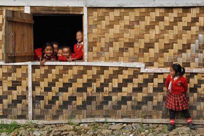 Unos escolares descansan entre clases en una escuela del norte de India.