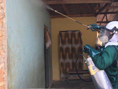 Un operario aplica un insecticida de nueva generación a las paredes y techos de un hogar en Domeabra (Ghana).