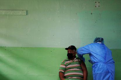 Un hombre recibe la segunda dosis de la vacuna Pfizer contra la covid-19, en la escuela república de Colombia, en San Miguelito, Panamá, el 5 de abril.