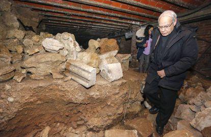 Máximo Gómez Rascón, responsable de Patrimonio del cabildo, en la cripta donde se hallaron los huesos durante unas obras de limpieza.