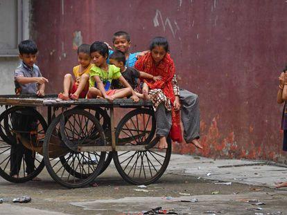Unos niños juegan en el aparcamiento vacío de un teatro cerrado por la pandemia de covid-19 en Bombay, India, el 18 de junio.