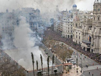 Primera 'mascletà' de las Fallas de 2018 en la plaza del Ayuntamiento.