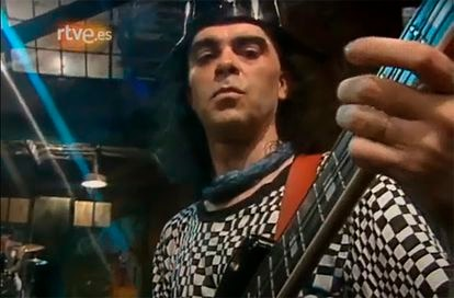 Image from TVE in which Salo appears playing in the recording made by Extremoduro in the program 'Plastic'.