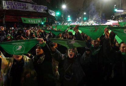 Activistas sostienen el símbolo del movimiento por el derecho al aborto, el pañuelo verde.