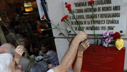 La delegación española acudió a poner flores en la placa homenaje a los brigadistas argentinos que lucharon en la Guerra Civil española.