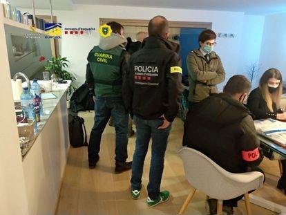Los agentes durante uno de los registros en Andorra que acabó con seis detenidos.