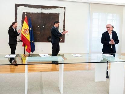Gobierno y sindicatos firman el Acuerdo Social en Defensa del Empleo, en La Moncloa.