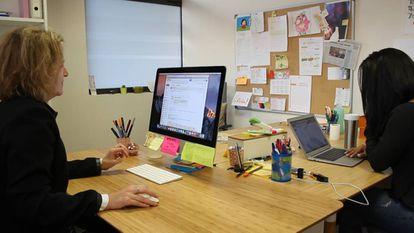 Montserrat García, directora y creadora del método Glifing junto a Paula Duque, psicopedagoga, trabajando en las oficinas de Glifing en Barcelona.
