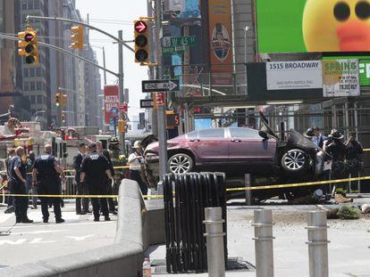 Un coche sobre una barrera de seguridad en Times Square, desspués de atropellar a una multitud de gente.