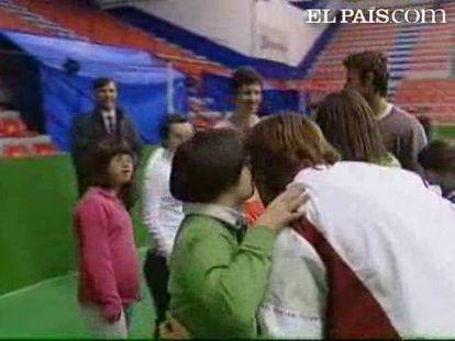 Los vencedores de la Copa Davis han ejercido de profesores de tenis en Bilbao. Los tenistas David Ferrer y Juan Carlos Ferrero han compartido raquetas con un grupo de niños con síndrome de Down.