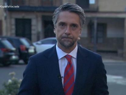Carlos Franganillo, en la edición del viernes 25 de junio del Telediario desde un pueblo de la España vacía.