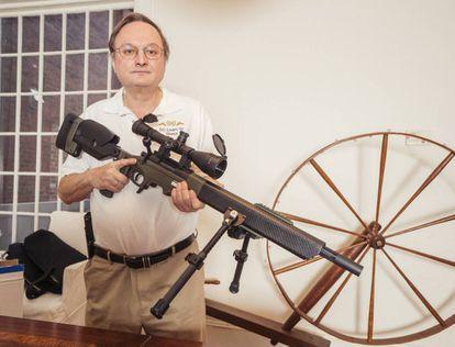 George L. Lyon, instructor y abogado a favor de los derechos de portar armas, este invierno en su casa de Washington D.C.