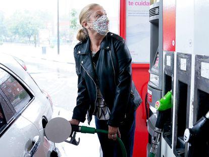 Una mujer pone gasolina a su vehículo en Madrid, el pasado 17 de junio.