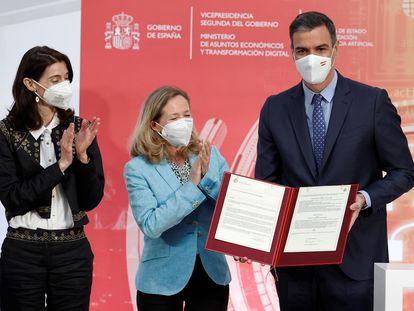 El presidente del Gobierno, Pedro Sánchez (d), junto a la ministra de Justicia, Pilar Llop (i), y la vicepresidenta primera y ministra de Asuntos Económico y Transformación Digital, Nadia Calviño (c), durante la presentación de la Carta de Derechos Digitales.