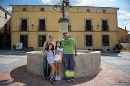 Belkis Morillo y Jairo Sánchez posan junto a sus hijas en la plaza del pueblo.