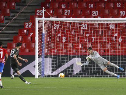 Bruno Fernandes marca de penalti ante el Granada este jueves en Los Cármenes.