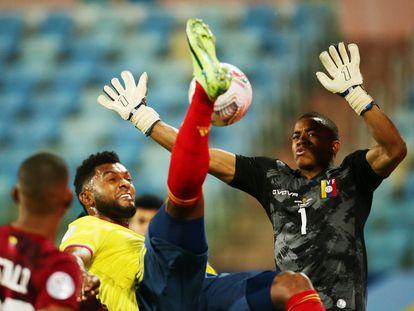 Wuilker Faríñez ataja una chilena de Miguel Ángel Borja en el partido entre Colombia y Venezuela en Goiania.