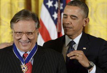 Obama entrega la medalla de la Libertad al músico Arturo Sandoval.