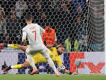 Donnarumma detiene el penalti a Morata.
