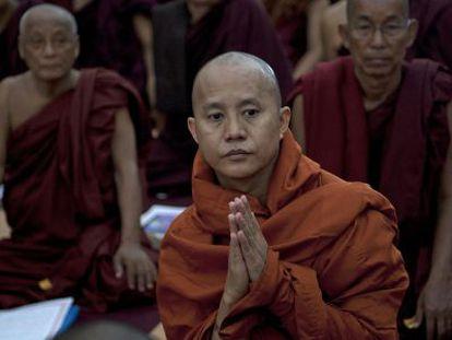 El monje Ashin Wirathu, cuyos comentarios contra los musulmanes han sido muy polémicos, durante una conferencia sobre violencia interreligiosa, en junio