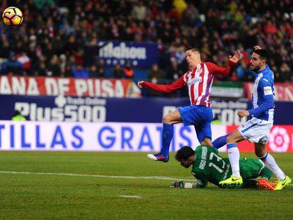 Torres pica por encima de Herrerín y marca el segundo gol del Atlético.