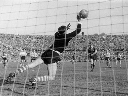 Carmelo detiene el penalti a Kubala en el Barça-Athletic de semifinales de la Copa de 1955.