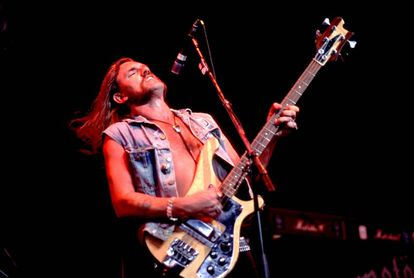 Ian 'Lemmy' Kilmister, líder de Motörhead, actuando en 1991.
