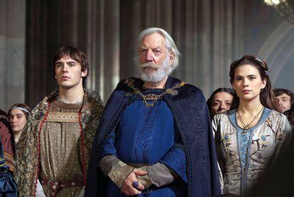 Donald Sutherland interpreta a Bartolomé, el padre de Aliena (Hayley Atwell) y Richard (Sam Claflin) en la producción para televisión del libro <i>Los pilares de la Tierra</i>
