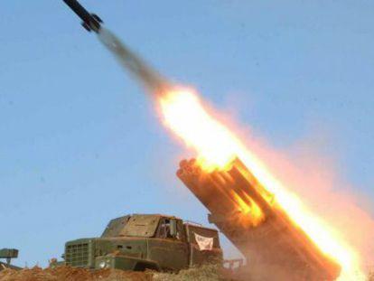 Fuerzas militares norcoreanas lanzando un misil en una locación sin identificar en Corea del Norte en 2013.