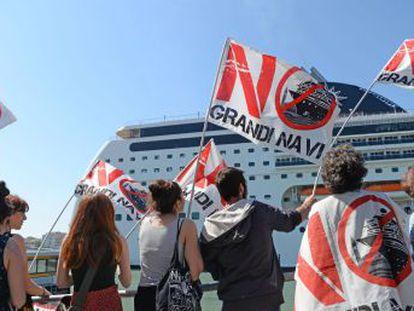 El comité No Grandes Naves pide alejar definitivamente las grandes naves de la ciudad después de que un buque empotrara a un pequeño barco turístico