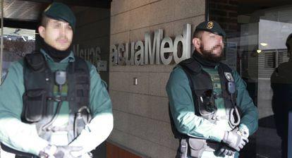 La Guardia Civil en la sede de la empresa Acuamed, este lunes.