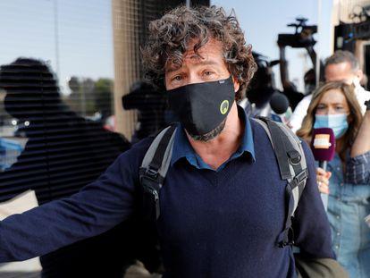 Nacho Palau, expareja del cantante Miguel Bosé, a su salida tras declarar, este lunes, ante el Juzgado de Primera Instancia de la localidad madrileña de Pozuelo de Alarcón. EFE/Zipi