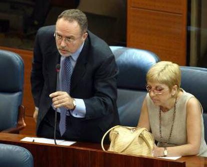Los diputados desertores del PSOE. Eduardo Tamayoo y María Teresa Sáez, durante un pleno en junio de 2003.