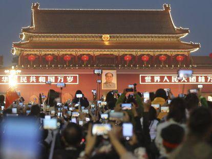 Móviles en el 71 aniversario de la fundación de la República Popular China en la Plaza de Tiannamen.