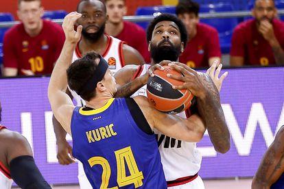 Kuric trata de frenar a Ellis.