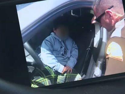 El niño de cinco años habla con el policía que lo detuvo.