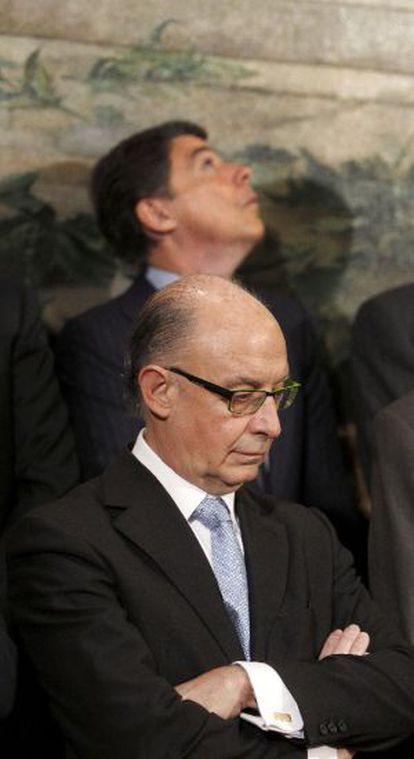 Cristóbal Montoro. Al fondo, el presidente de Madrid.
