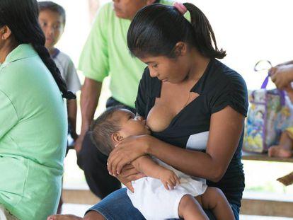 Una madre amamanta a su hijo en Panamá.