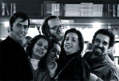 Mario Vargas Llosa, José Donoso y Gabo en Barcelona con sus respectivas esposas.